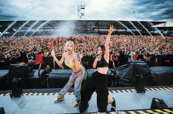 RayRay(右)站上世界舞台,跟樂迷分享自己創作的音樂,讓更多人認識她。(照片...