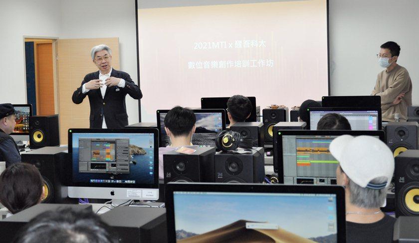 MTI音樂科技學院基金會董事長倪重華(前左)與學員相見歡。 醒吾科大/提供