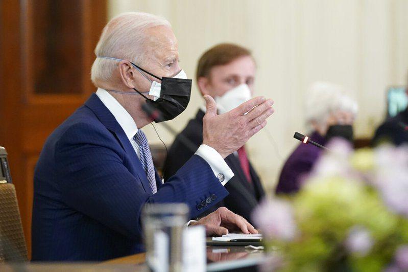 日美領袖會議,美國總統拜登(左)及官員則戴上雙層醫療級口罩與會。美聯社