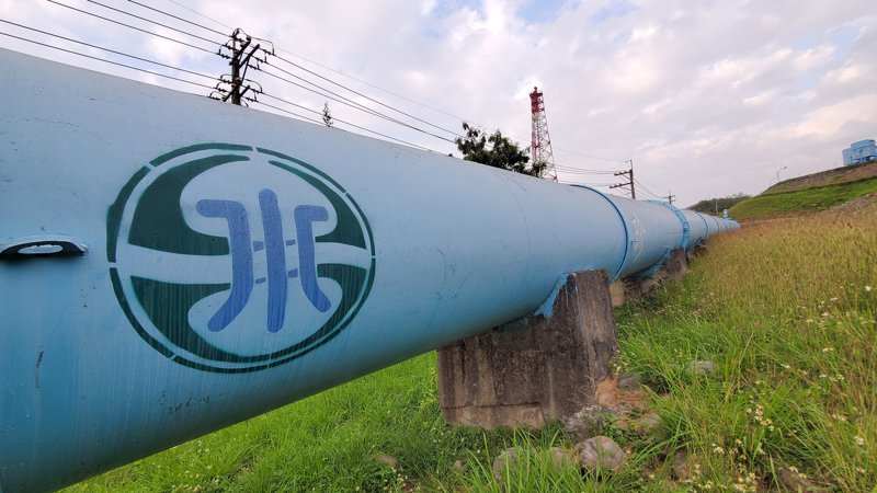 經濟部長王美花指出,年底前將公告耗水費相關細則,111年生效,至於民生水價會否跟著一起調漲,目前則還未有具體規劃方向。 中央社