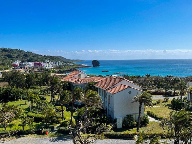 姊妹沙灘別墅位於船帆石對面,坐山觀海。 攝影/林韋言
