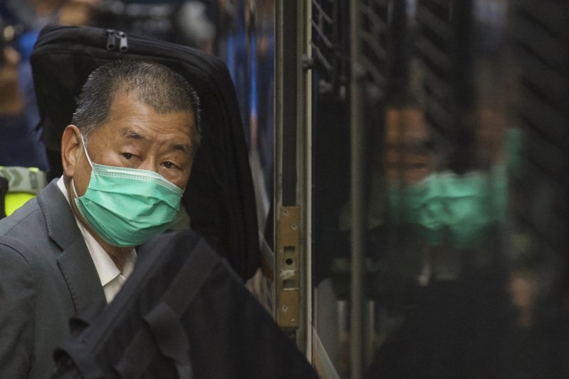 壹傳媒創辦人黎智英被控參與前年兩項未經批准集結罪,昨遭判刑十四個月。圖為早前收押畫面。(美聯社)