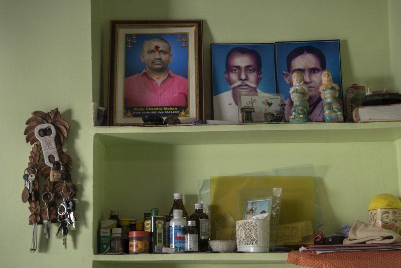 育有三名女兒的印度卅八歲大型服飾店工人錢德拉–莫漢刷爆了信用卡,並向數十個借貸應用程式借錢,最後走投無路上吊輕生。圖/紐約時報