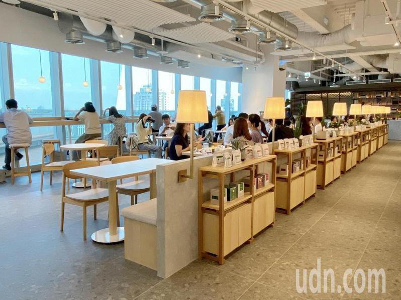 REC COFFEE海外一號店落腳台中七期,150坪的咖啡店位於惠中路中國信託金融大樓26樓。記者喻文玟/攝影