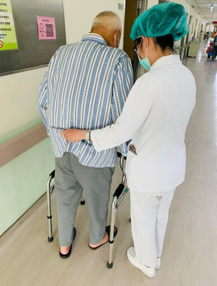 中風就醫以後要把握前三個月黃金復健期。圖/衛福部桃園醫院提供