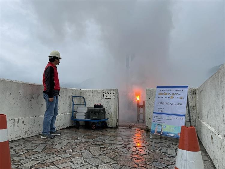 經濟部水利署積極找水增雨,每一滴水都不放過,今(17)日一早水利署啟動石門、寶二等水庫之地面人工増雨作業。 圖/經濟部提供