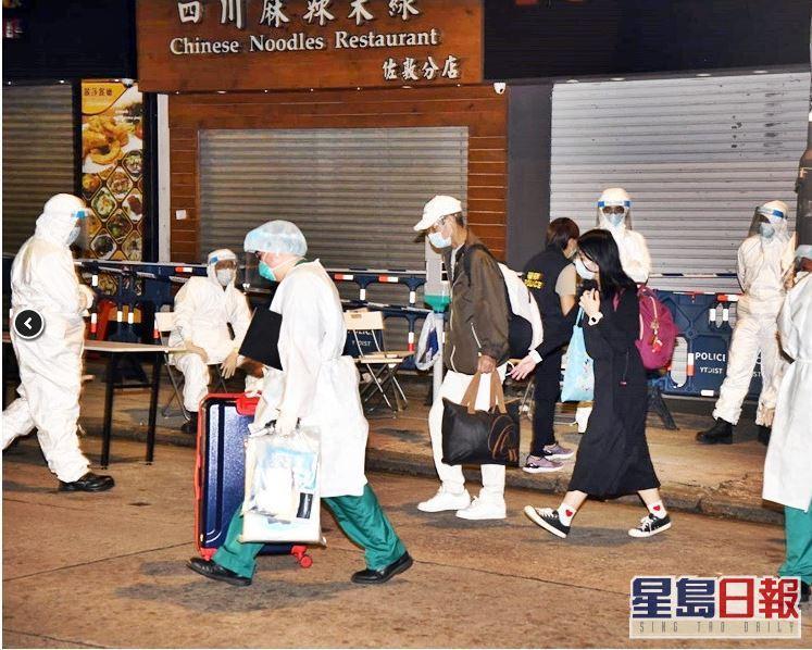 香港佐敦伯嘉士大廈有變種病毒確診個案,港府深夜11時半突擊圍封大廈進行強制檢測外,凌晨將81名居民全數撤離至隔離營。圖源:星島日報