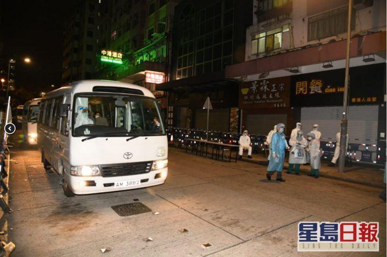 香港佐敦伯嘉士大廈有變種病毒確診個案,港府深夜11時半突擊圍封大廈進行強制檢測外...