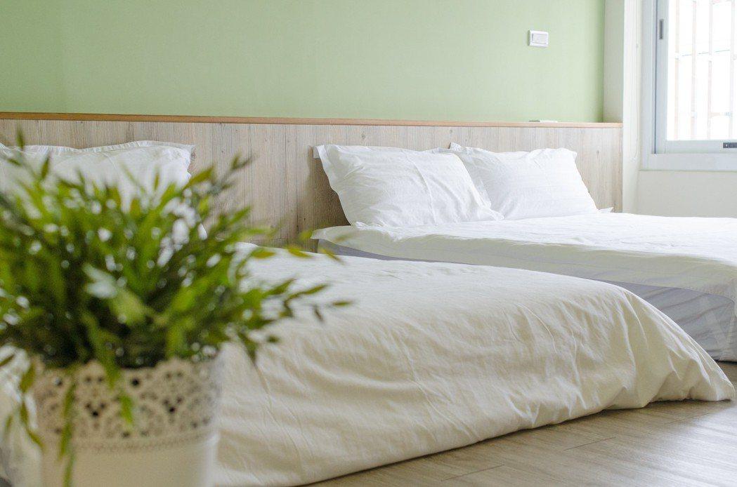 「西港外婆家民宿」房內淺色系色調,為住客帶來沉靜的享受。圖/Booking.co...