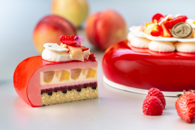 「蜜桃莓果慕斯蛋糕」不僅美型,切開來的豐美層次也讓人驚喜。圖/台北萬豪酒店提供