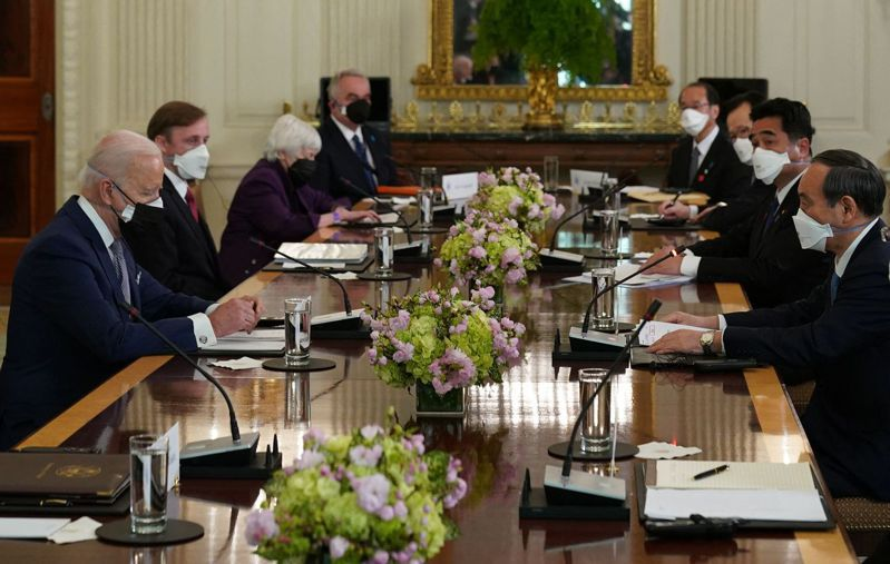 美國總統拜登(左一)於美國16日在白宮會見日本首相菅義偉(右一),舉行首場兩國領袖會議。法新社