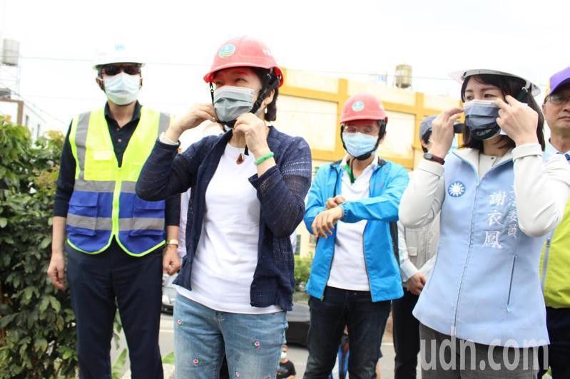 經濟部長王美花(左二)今天到彰化市田中里視察田中里伏流水二期開發計畫進度。記者林敬家/攝影