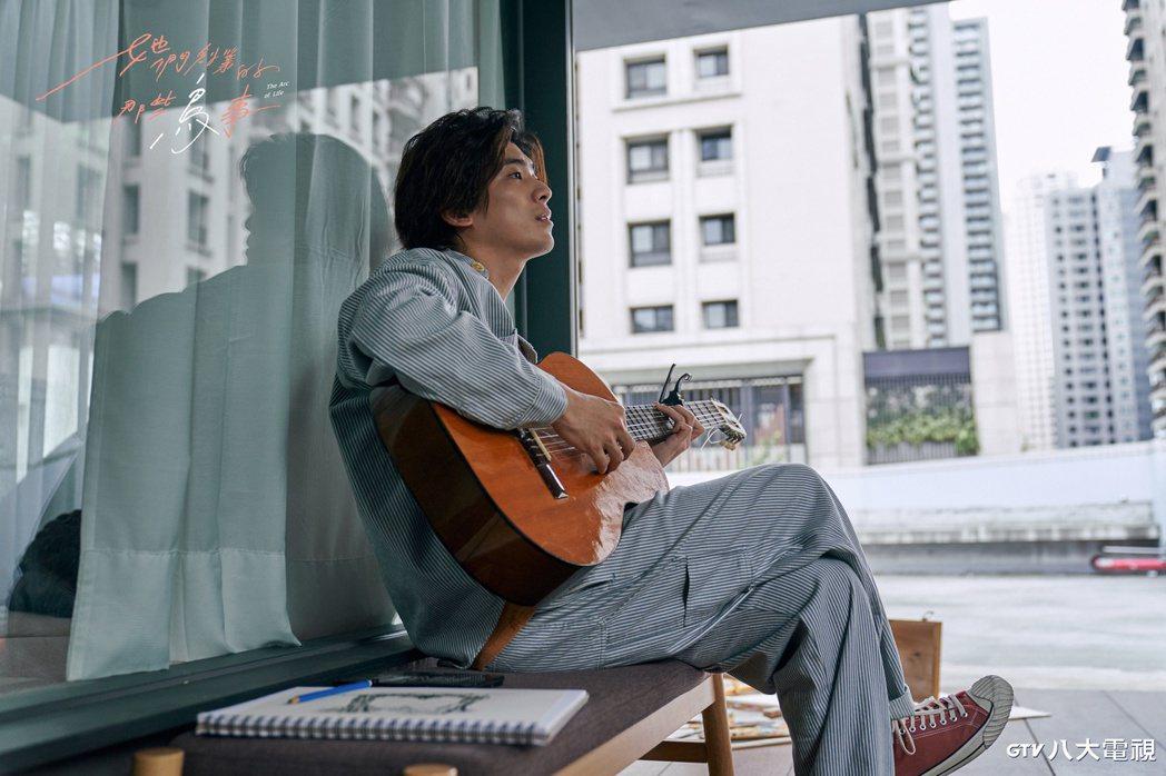 林哲熹為戲學吉他,三天就上陣。圖/八大提供