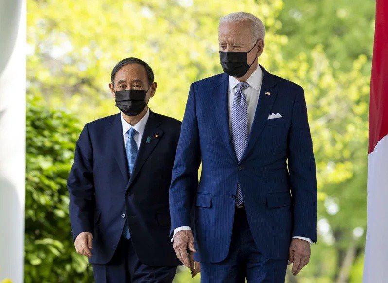 美國總統拜登(右)16日在白宮與日本首相菅義偉(左)見面,舉行兩國領袖會議,會後...