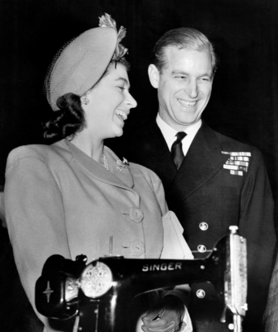 英國王室也在推特上發布多張女王夫婦的照片以緬懷親王。截自推特(@The Roya...