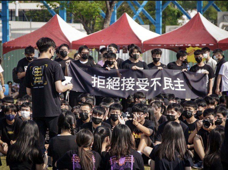 鳳山高中82周年校慶,上百學生著黑衣服出席,爭取與學校的「對話權」。圖/學權會提供