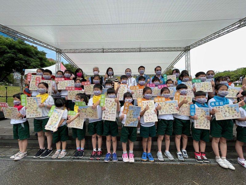 新北教育局今在台灣圖書館創意廣場發表「新北地圖繪本」。記者王敏旭/攝影
