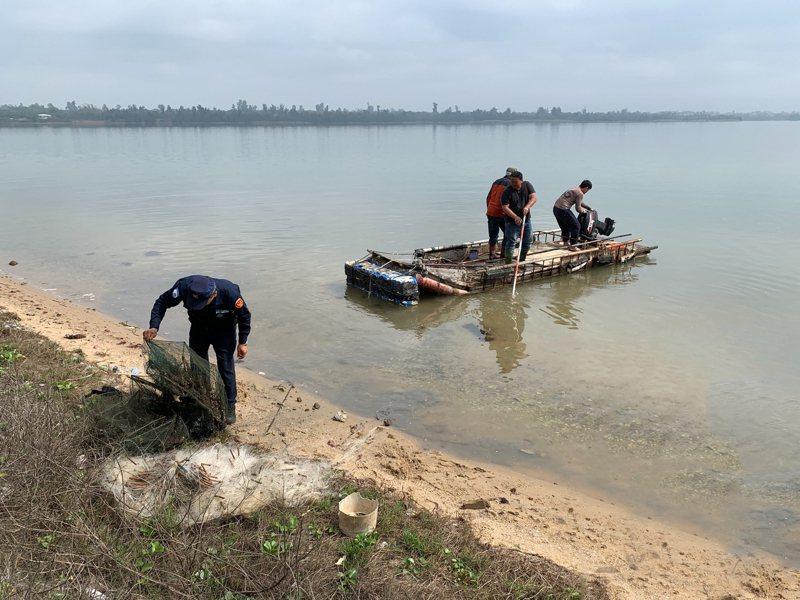 金管處協同國家公園警察分隊近日執行非法網具查處,希望能減少慈湖水產資源過度捕撈,使生態資源永續經營。圖/金門國家公園管理處提供