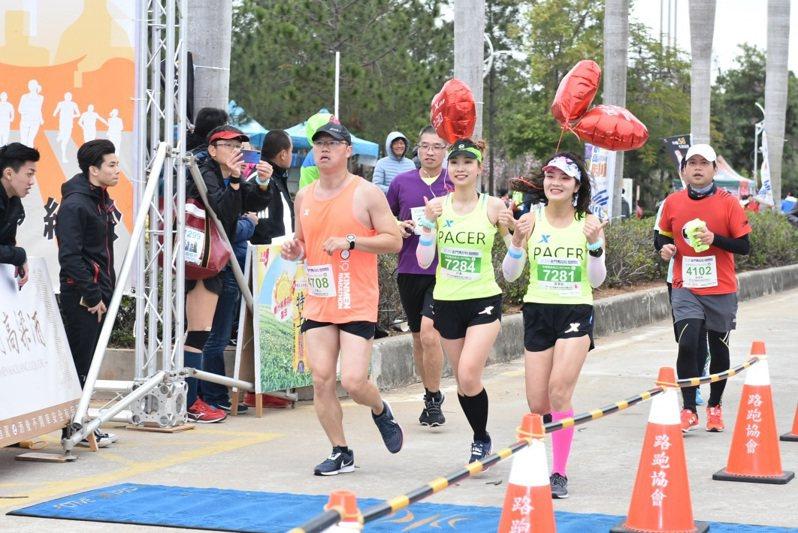 金門馬拉松賽往年都吸引不少人報名參賽,圖為前年參加的福建超顏值領跑員。圖/縣府教育處提供