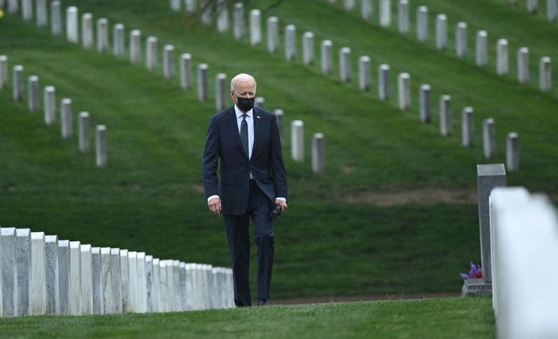 美國總統拜登14日前往阿靈頓國家公墓,向為國捐軀的英雄獻花,並宣布今年的911前將撤回所有駐阿富汗美軍。法新社