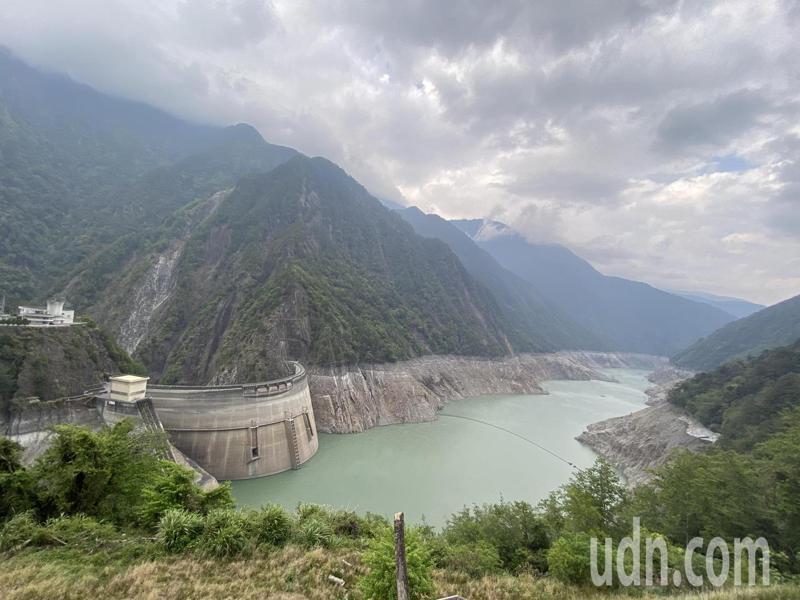 台中德基水庫持續探底,今天蓄水率僅剩4.3%。記者趙容萱/攝影