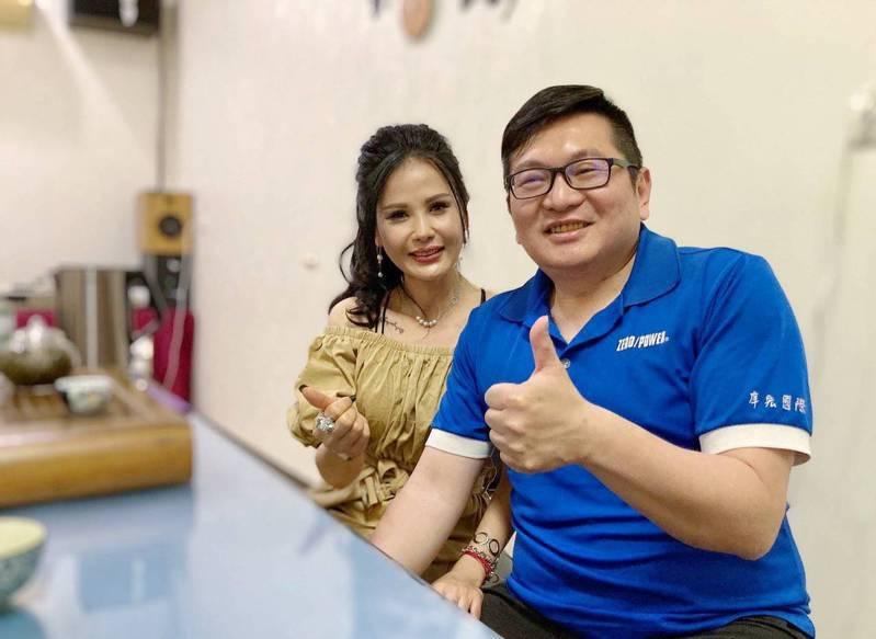 越南新住民阮碧雲 (左)與丈夫高愷村感情十分甜蜜。圖/移民署嘉縣服務站提供