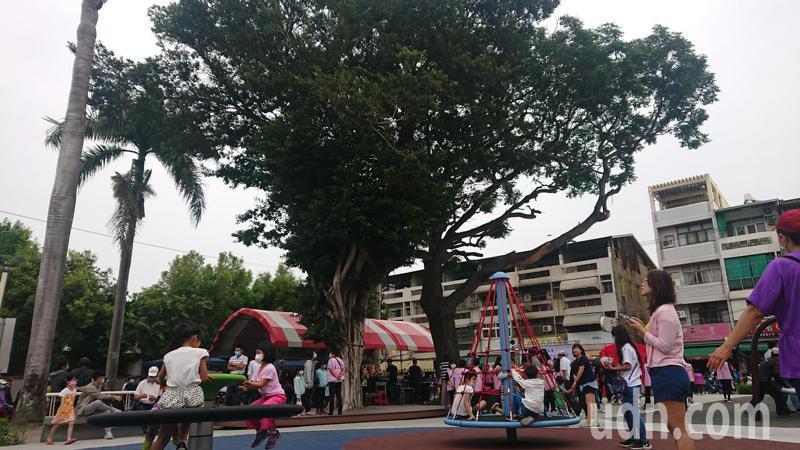 北斗鎮公所興建玄璣公園,保留兩棵百年老樹。記者簡慧珍/攝影