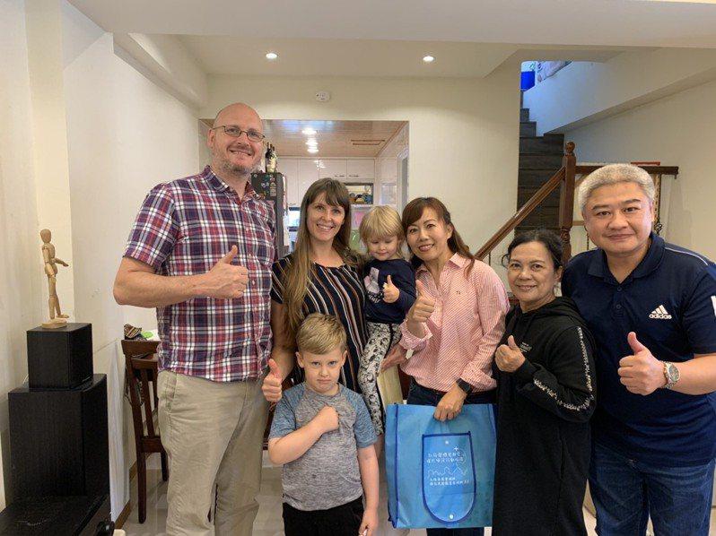 艾藍終於成功歸化,圓了成為正港台灣人的夢。圖/移民署北區事務大隊基隆市服務站提供