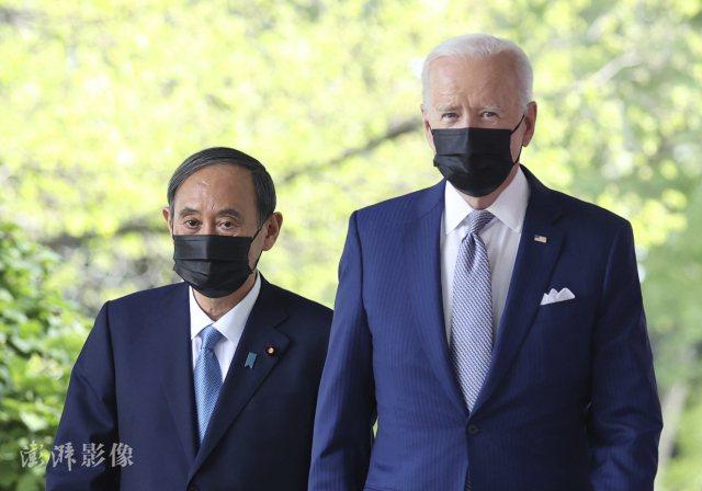 日本首相菅義偉在白宮與美國總統拜登舉行了首次會談。圖源:澎湃新聞
