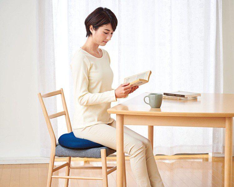 台隆獨家日本3D蜂巢圓盤坐墊/2,200元。圖/台隆手創館提供