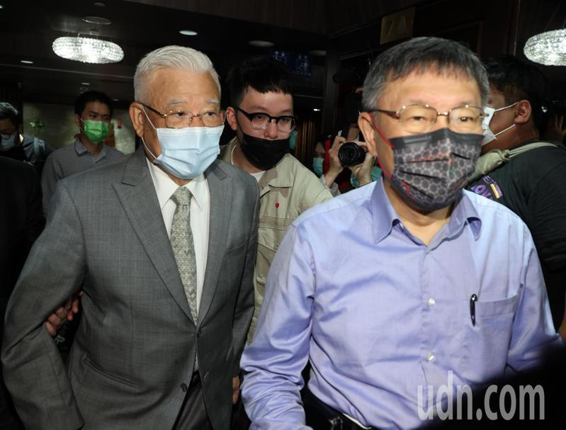 台灣民眾黨下午舉行黨代表共識營暨第一次臨時黨代表大會,共識營則邀請前台北縣長尤清(左)專題演講。記者曾吉松/攝影