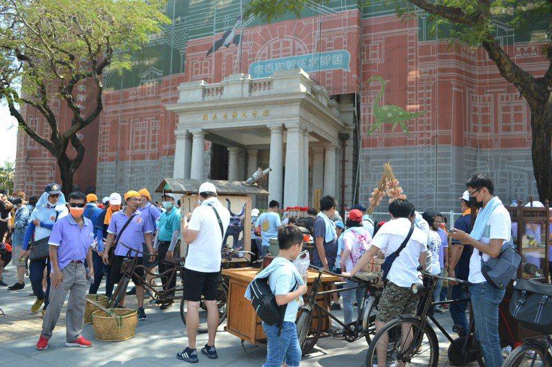 台南古城節活動今天下午熱鬧登場,攤車集結舊城區,沿街叫賣。記者鄭惠仁/攝影