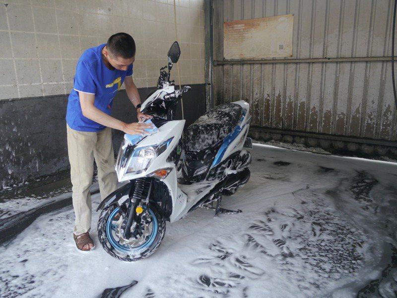 水情嚴峻,高雄市開始停供自來水給洗車業者,民眾趁著停水前洗車。記者徐白櫻/攝影