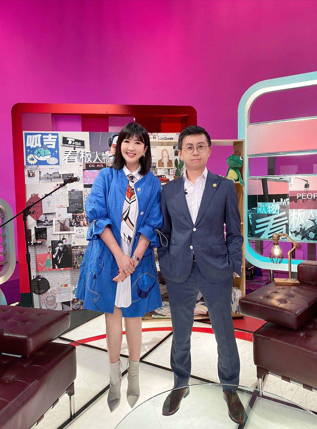 呱吉與方念華一起分享不一樣的政治角度。圖/TVBS提供