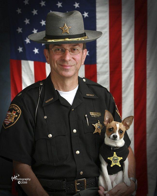 美國俄亥俄州吉奧格郡前警長麥克利蘭與前警犬米吉2006年合照。這一對執法一起執法...
