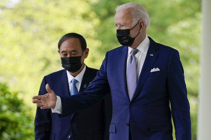 美國總統拜登(右)與日本首相菅義偉(左)進行會談。美聯社