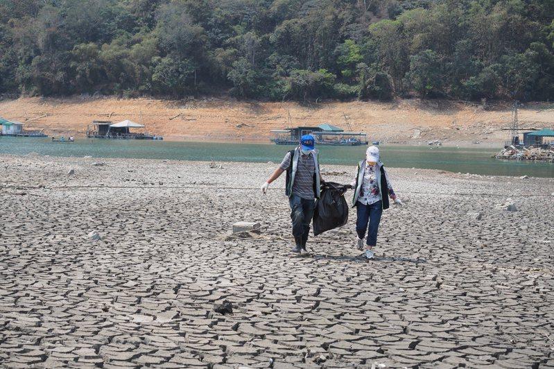日月潭水位持續探底,潭底淤泥乾涸龜裂,乾旱景象引起熱烈討論。圖/魚池鄉公所提供