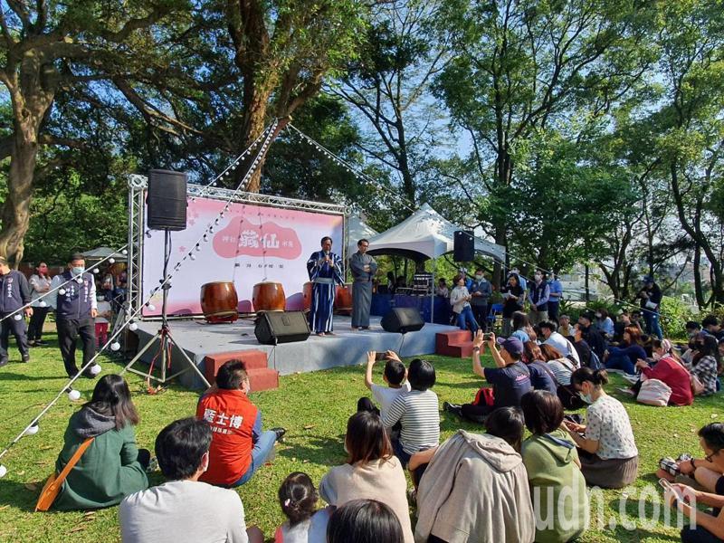 草地音樂會邀請歌手洪佩瑜、克里夫、蘇文劭、王立等人接力演出,民眾可選擇坐在椅子上或席地直接坐在草地上欣賞,活動精彩不容錯過。記者陳夢茹/攝影