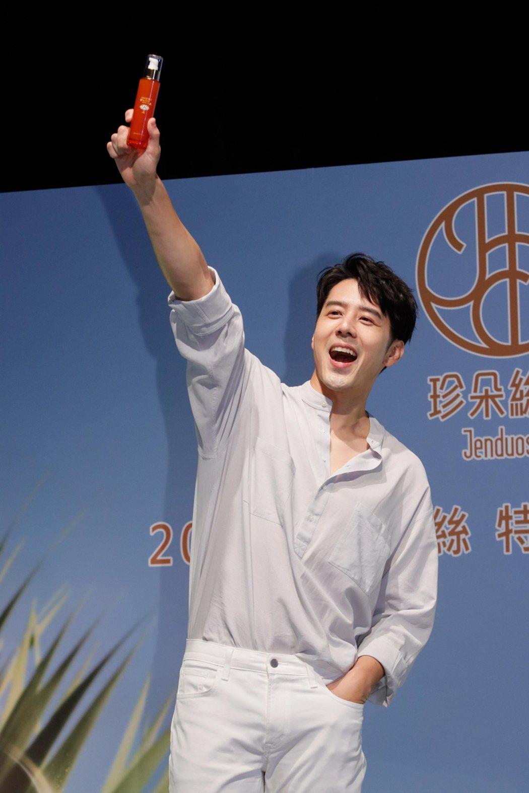 胡宇威代言保養品,透露最近看了「全明星運動會」的新聞很憂心。記者 李政龍/攝影