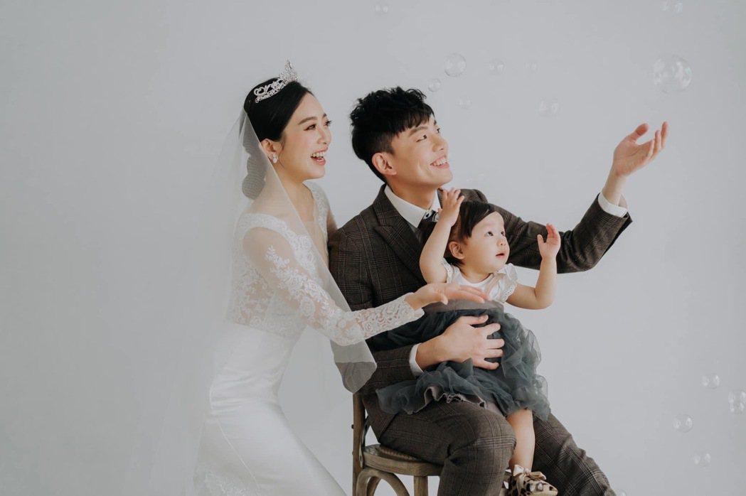貝童彤的婚紗照成為另類全家福寫真。圖/摘自臉書