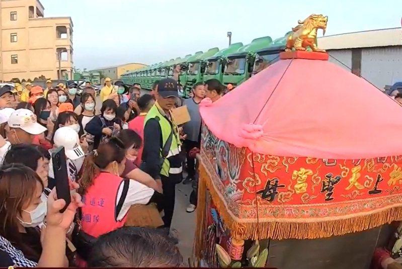 白沙屯媽祖回鑾今天傍晚短暫停駕鹿港大慶貨運。記者林敬家/翻攝