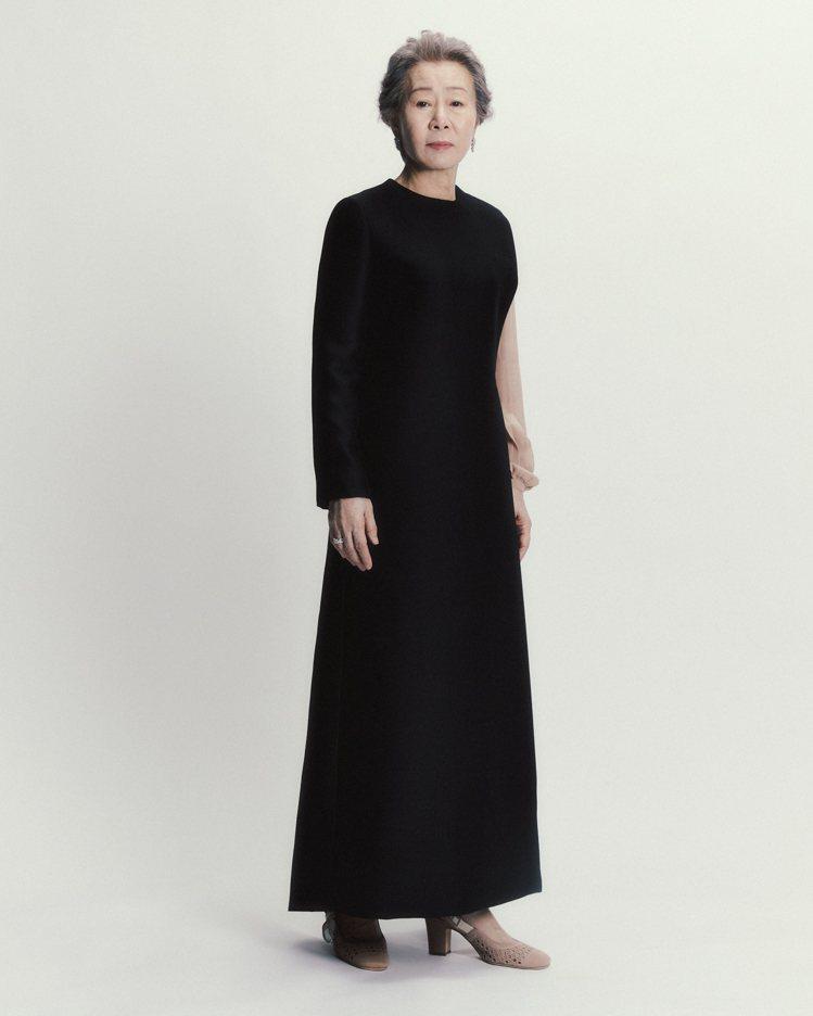 尹汝貞在出席英國影藝學院電影獎時身穿DIOR不對稱裙裝。圖/DIOR提供