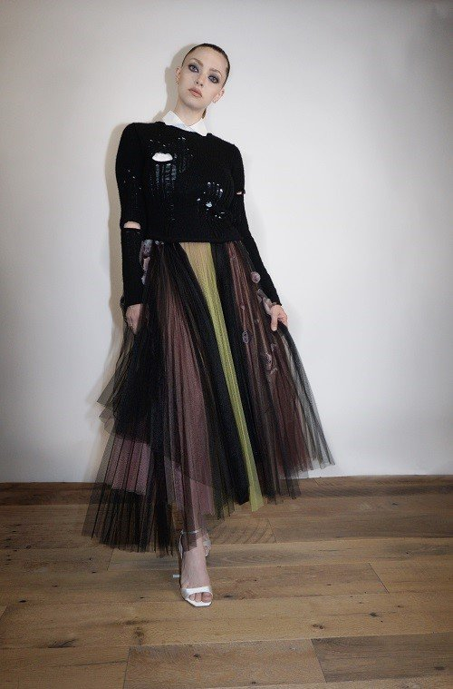 亞曼達塞佛瑞穿DIOR 2021冬季黑色喀什米爾針織衫以及玫瑰刺繡裙裝。圖/DI...