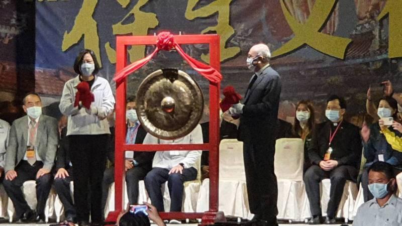 台北大龍峒保安宮保生文化祭今天登場,今晚邀請蔡英文總統敲鑼,為保生文化祭揭開序幕。 記者楊正海/攝影