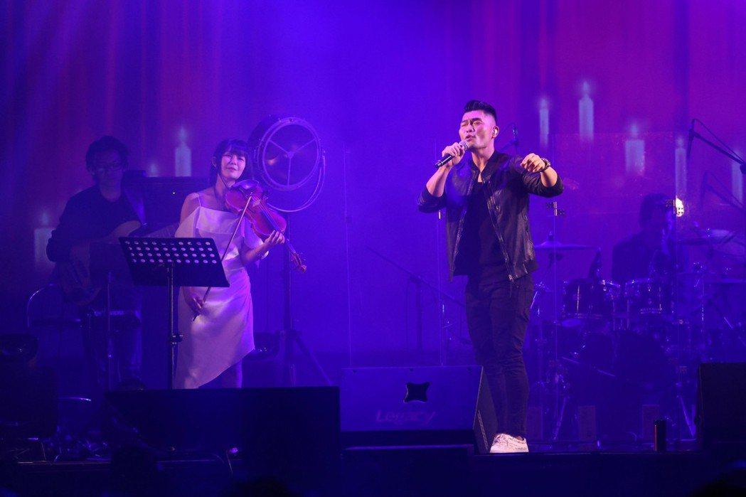 阿樂上台為李玖哲伴奏。記者王聰賢/攝影
