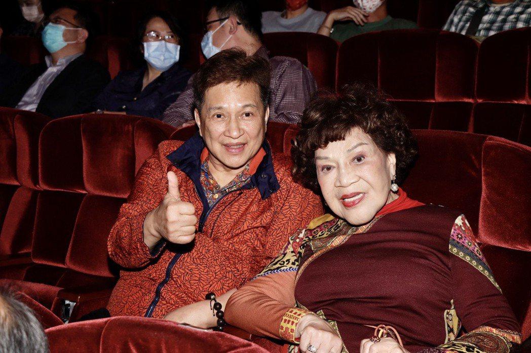 周遊(右)與老公李朝永到場朝聖。記者李政龍/攝影