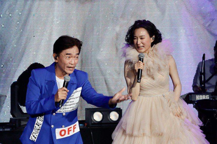 坣娜出道35年,今晚於台北國際會議中心舉辦「愛是自由FREE TO LOVE」,嘉賓邀來吳宗憲擔任,2人因戲劇作品「明日英雄」而熟識,吳宗憲一出場拿著高跟鞋幫赤腳的坣娜穿鞋,他談到主辦單位是阿爾發,...