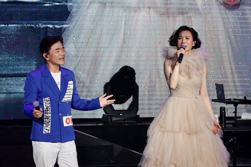 吳宗憲(左)與坣娜合唱「追追追」。記者李政龍/攝影