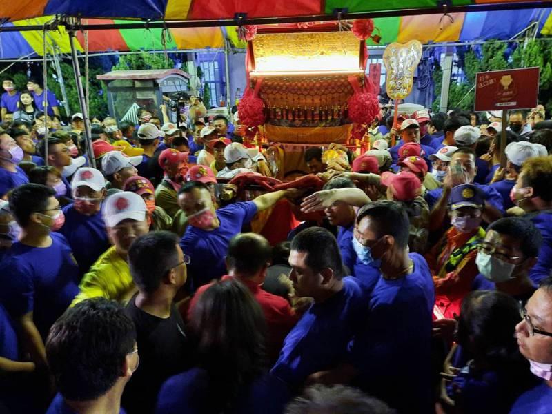 大甲鎮瀾宮媽祖回鑾,今天晚間9點多抵達台中市議長張清照清水服務處,眾多信徒熱情迎接。圖/民眾提供