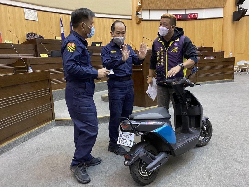 市議員黃敬平(右)日前將電動自行車牽入議場,以凸顯電動自行車取締執法問題。記者陳夢茹/攝影